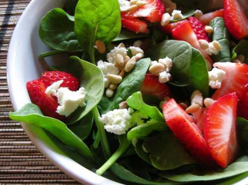 Рецепты салата из с клубникой, секреты выбора