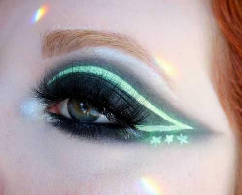 Заставь глаза сиять: неоновые стрелки стали трендом в макияже