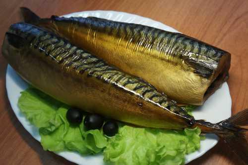 Приготовленную рыбу можно подавать в различном виде, начиная от разнообразных салатов и заканчивая нарезкой для бутербродов