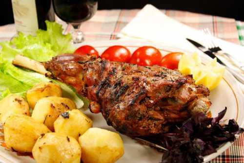 Баранья нога, запеченная в духовке с овощами, картофелем и айвой