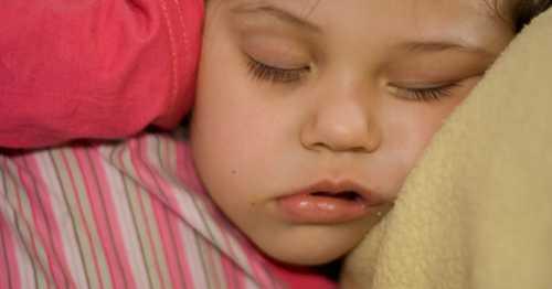Ребёнок ночью покрывается обильным холодным потом, у него постоянно бледный синюшный оттенок слизистых и ногтей