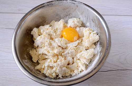 В миске соедините муку, творог и сливочное масло порезанное на кусочки