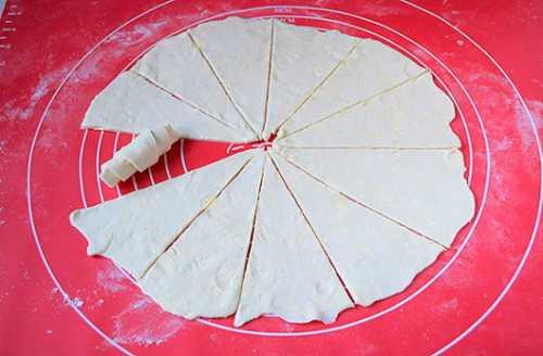 В ингредиентах не указан сахар, но добавить его можно или в само тесто или присыпать рогалики им сверху
