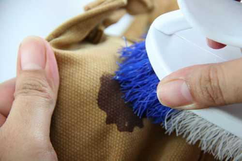 Средством обрабатывается очищаемая зона бумаги до полного исчезновения следов от шариковой ручки