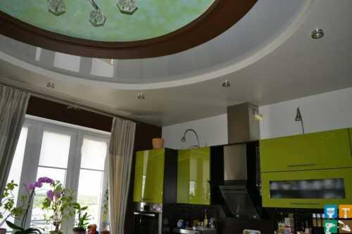 Выбор материала, цвета, структуры и рисунка позволяет использовать натяжные потолки в гостиных, отделанных практически в любом стиле