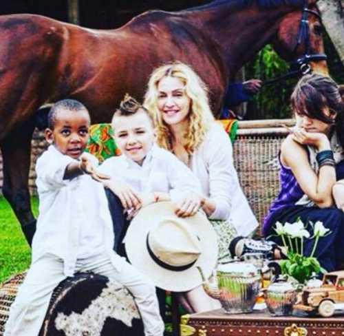 Мадонна показала семейные фото