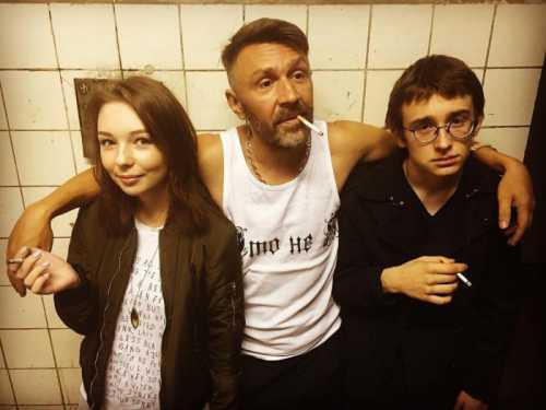 Сергей Шнуров пьянствует со своими детьми