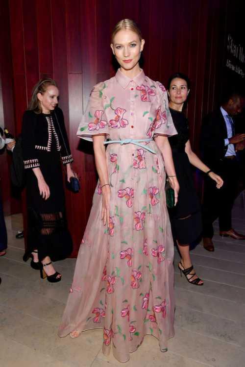 Карли Клосс в летнем цветочном платье от Carolina Herrera фото