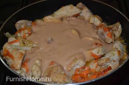 Куриное филе на сковороде в сметанном или томатном соусе